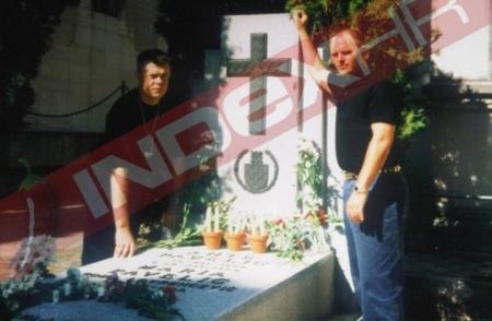 Ексклузивне фотографије: Давор шукер у друштву Кројфа на гробу Анте Павелића
