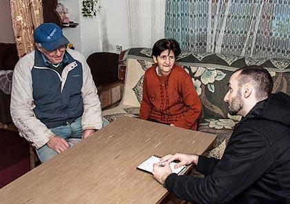 Предраг Маринковић у разговору са Арсићима у њиховом дому