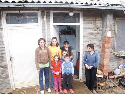 Породица Синадиновић испред своје породичне куће