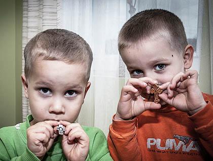 Најмлађи Станковићи са дрвеним крстићима