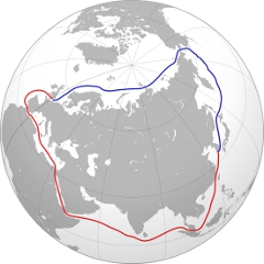 Северни морски пут (плаво) скраћује пловидбу од Ротердама до Јокохаме са 35-38 на 20-23 дана. За Русију је важно то што он највећим делом иде дуж њене обале и што се пловидба по њему не може обавити без помоћи њених ледоломаца. Извор: Wikimedia.