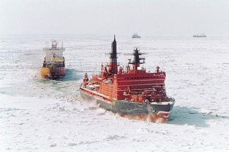 """Путовање Северним морским путем: нуклеарни ледоломац """"Јамал"""" пробија пут кроз арктички лед испред колоне теретних бродова. Извор: rosatomflot.ru."""