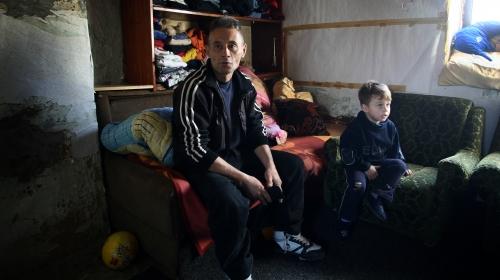 Соба у којој отац и син живе