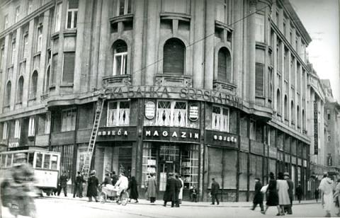 НДХ скида ћирилицу са Српске банке у Загребу априла 1941. године.