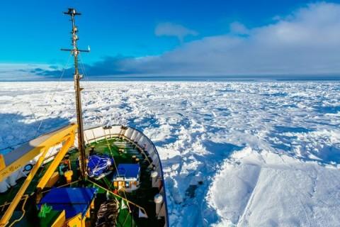 """Заробљен у леду брод """"Академик Шокалскиј"""" из другог угла (Фото: National Geographic)"""