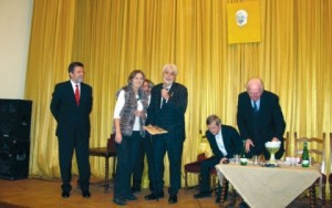 Свечано: Председник савеза руских писаца Валериј Ганичев уручује признање