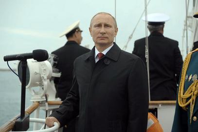 Смотру учесника параде Владимир Путин је извршио стојећи на палуби великог чамца