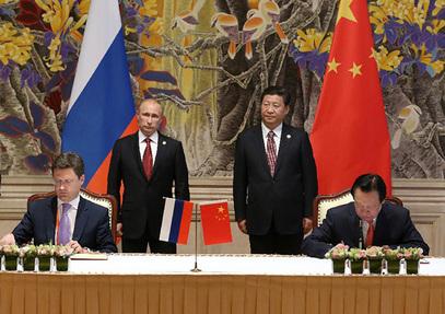 Владимир Путин и Си Ђинпинг у позадини.