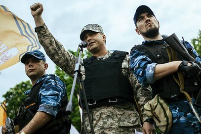 Валериј Болотов говори на митингу (са телохранитељима)