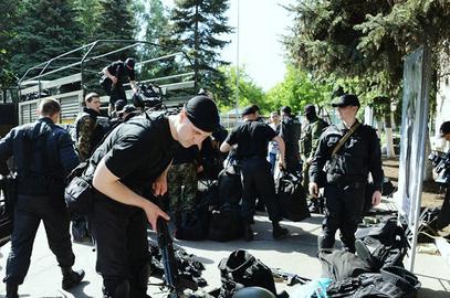 Војници прелазе на страну народа
