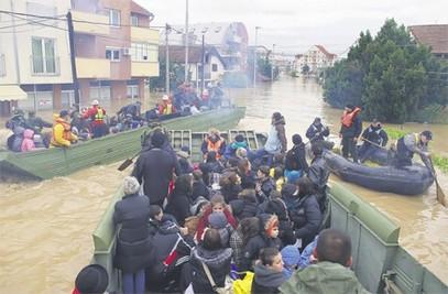 Амфибије су се показале као ефикасно средство за евакуацију становништва (Фото Ројтерс)