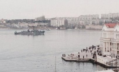 Улазак руског војног брода у луку у Севастопољу у недељу, 2. марта