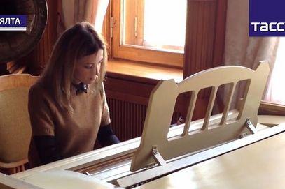 Наталија Поклонска свира клавир царице Александре Фјодоровне