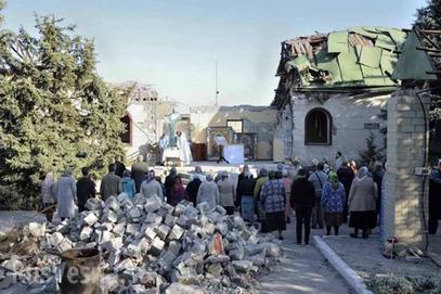 У Донбасу црква разорена, али богослужења обновљена – испред храма
