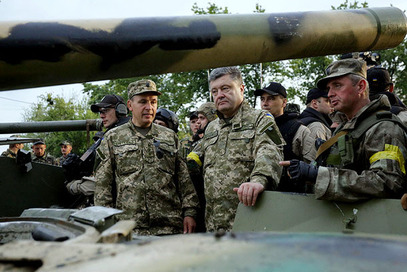 УКРАЈИНСКИ председник Петар Порошенко предао је око 100 тешких тенкова војсци