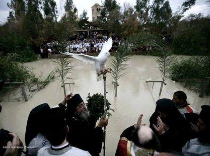 На жезло патријарха Теофила слетео бели голуб. / Фото: Фацебоок/Свети Нектарије Егински