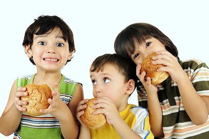 Деца коjа брзу храну jеду бар три пута недељно имаjу далеко горе оцене од вршњака