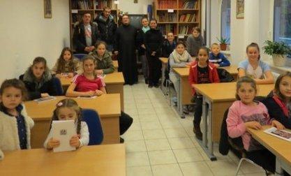 Настава недељом по подне: Ђаци, родитељи и свештеник у спомен учионици