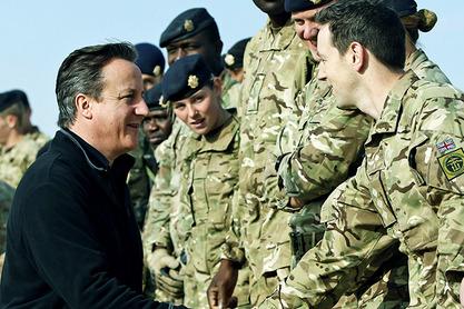 Британски премијер Дејвид Камерон са трупама