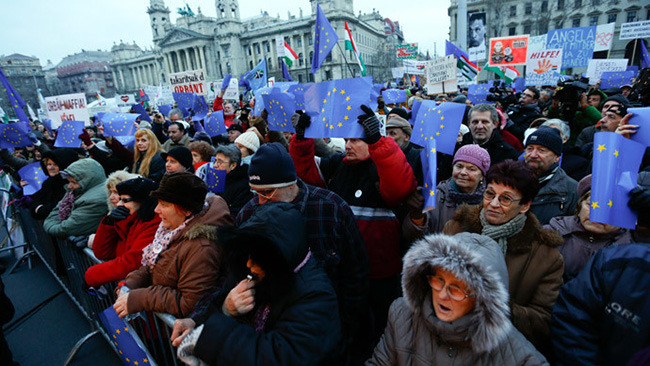 """""""Европски Мађари"""" траже од Меркелове да им помогне против Орбанове ЕУ-Мађарске"""