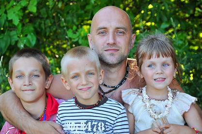 Захар Прилепин са троје од своје четворо деце