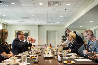 Шеф Пентагона Ештон Картер и немачка министарка одбране, Урсула фон дер Лајен