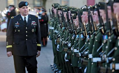 Командант Копнених снага САД  у Европи Фредерик Хоџс