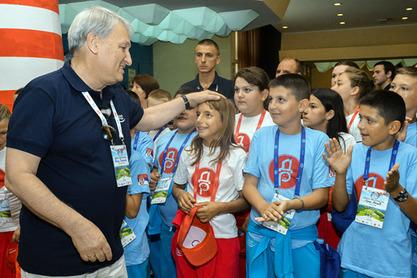 Леонид Решетњиков са малишанима
