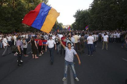 Учесници протеста у Јеревану извиждали заставе Европске уније