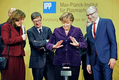 """Ангела Меркел и научници """"Макс Планк"""" института за физику плазме у Грајфсвалду"""