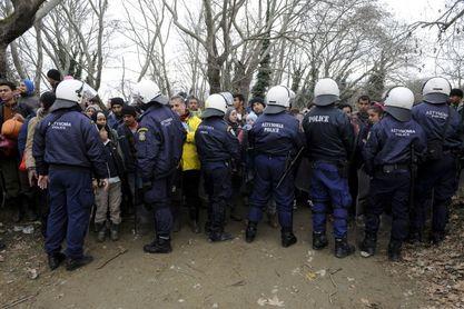Полиција зауставља мигранте на путу од села Идомени до грчко-македонске границе, Фото: Ројтерс