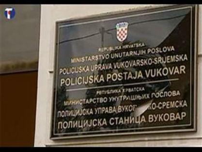 Вуковар - разбијена двојезична табла / Фото Танјуг